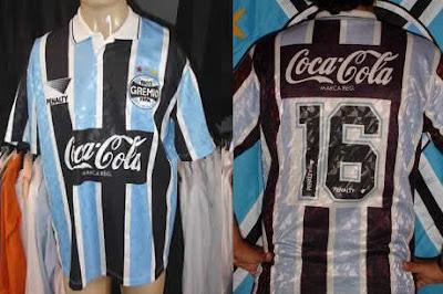a0595254a7 No segundo semestre de 1993 o Grêmio voltou paro o azul celeste. O modelo  era basicamente o mesmo da anterior