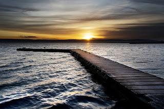 Pontile sul mare di sera al tramonto