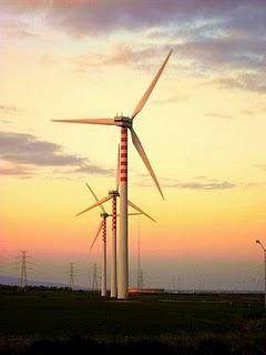 Mulini a vento su un campo