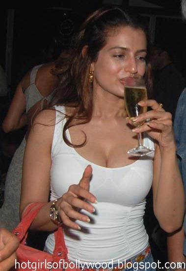 amisha-patel_Looking_hot.jpg