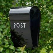 Postkasser i forskjellige størrelser og farger..