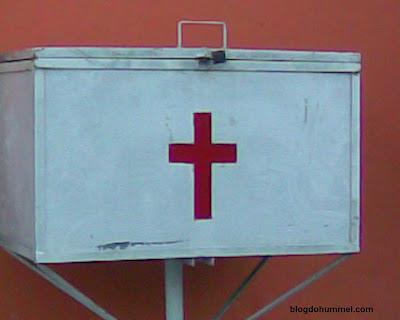 Cruz Vermelha do lado de fora de uma clínica