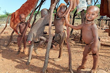 Spielende HIMBA-Kinder in Namibia