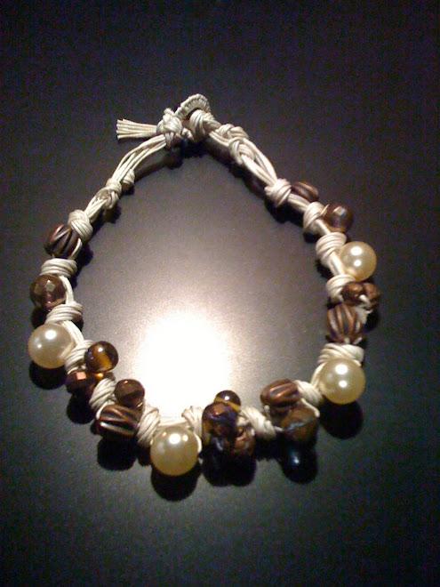 Girocollo di cotone con perle bianche e perle etniche