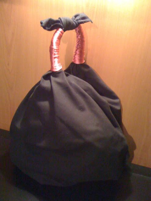 Borsa nera con manici rosa lucido