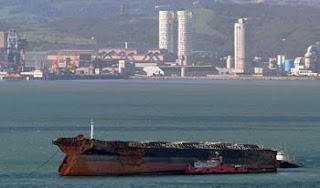 proa del 'Fedra' esperando frente a la bocana del puerto de Gibraltar sujetado por los remolcadores 'Warrior' y el ruso 'Neftegaz 57'
