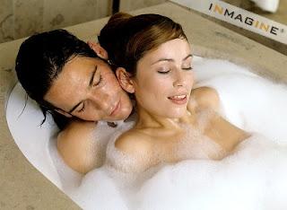 couple love bath wallpaper