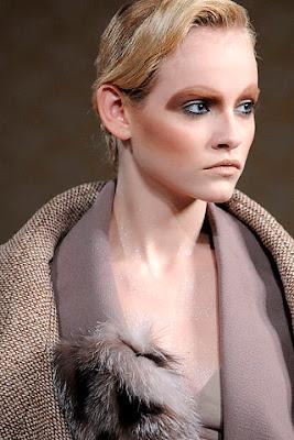 http://3.bp.blogspot.com/_uB-BSH_BgAs/SbqXq0M_gGI/AAAAAAAAFpo/qlwEldwNK8w/s400/Miu+Miu+fall+2009+show+Miuccia+Prada+Russell+Marsh+Women+Management+new+york++Blog+style+dot+com+Ginta+Lapina+detail.jpg
