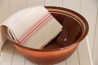 Brun keramikk bakebolle