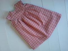 Enkel kjole til en liten jente