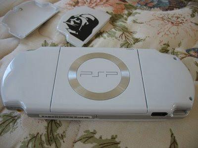http://3.bp.blogspot.com/_uQ7dHF7pkqw/SfZR_F5a4nI/AAAAAAAAAXg/OLdrDTb1Pr8/s400/PSP2000_batterycover04.jpg