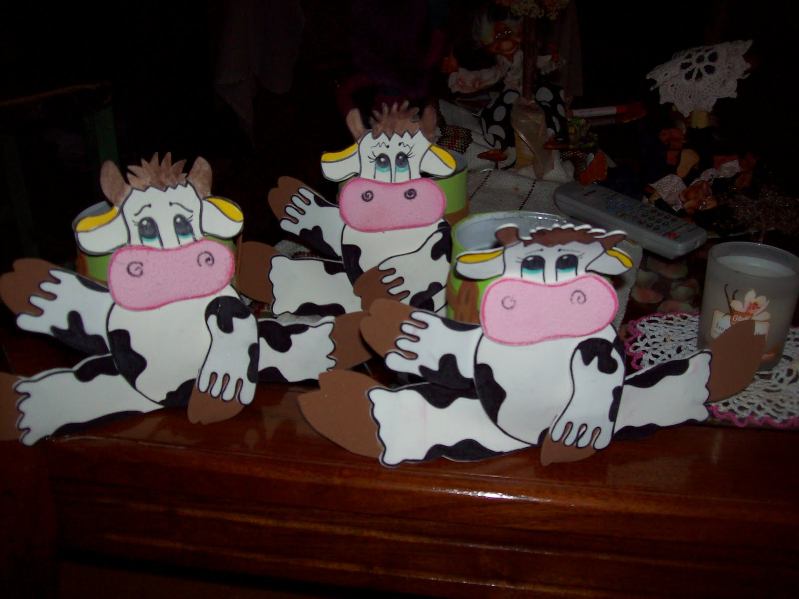 ya mas alivianada de tanto trabajo en los jardines.Miren estas vacas ...