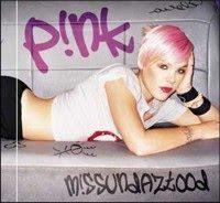 Cantora Pink cai em show e para no hospital