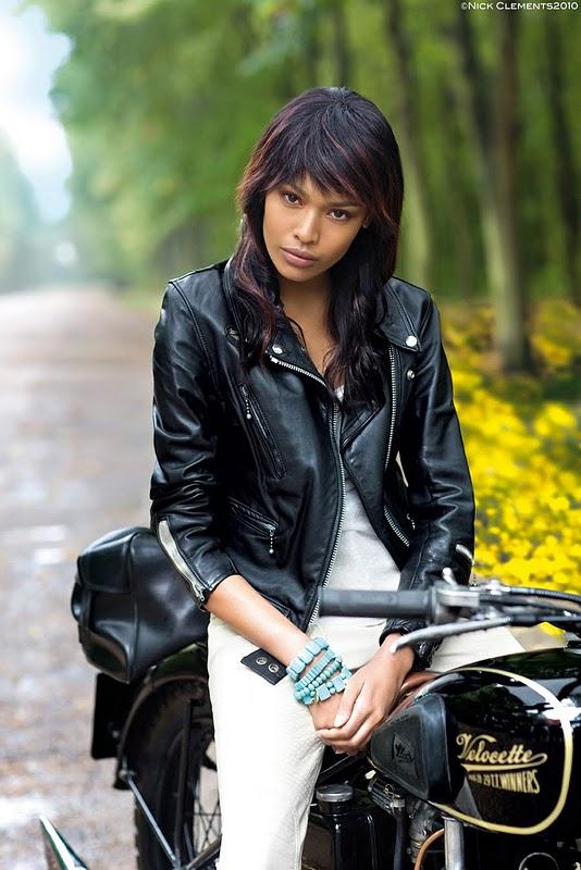 Mulheres com jaqueta em moto, gostosa de jaqueta, babes on bike with jacket, woman motorcycle jacket, woman bike jacket,sexy on bike