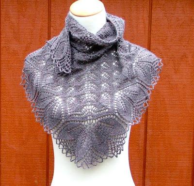 """Шаль  """"Харуни """" Дизайнер: Emily Ross Харуни - треугольная шаль слегка серповидной формы."""