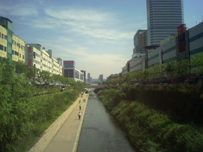 Cheonggye Stream, shot from Malgeunnae bridge