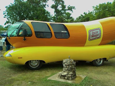 Food Truck Origine Etats Unis also Wienermobile Fun Facts moreover Oscar Mayer Wienermobile Crash besides Oscar Mayer Wiener Whistle as well Oscar Meyer Weinermobile Crash. on oscar mayer wiener wagon