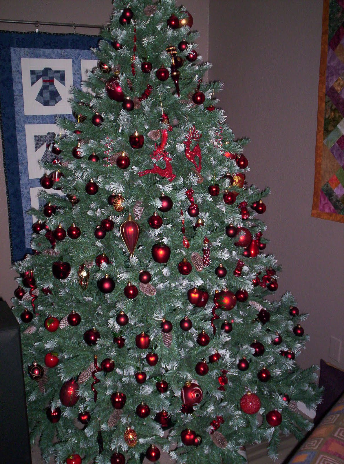 and im still sewing on little buttons and beads and bells on the cmas quilt whoda thought it would take me as much time as it has just for those little - Christmas Tree With White Lights And Red Decorations