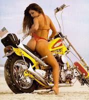 harley davidson motosiklet kullanan kiz