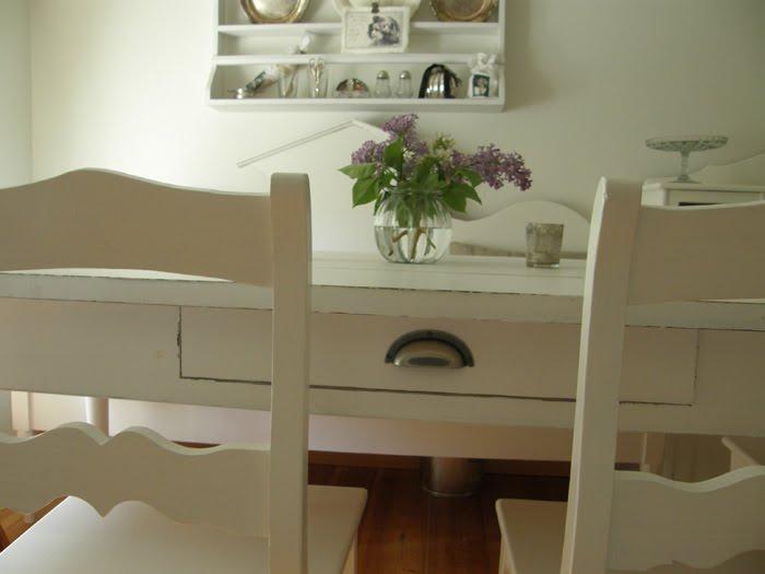 Matbord För 10 Personer : Huset på landet lantligt köksbord och härliga sommarblommor
