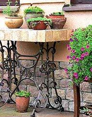 Прованский стиль: цветы на кованой подставке