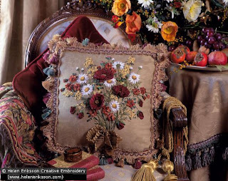 Вышитая лентами подушка