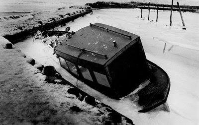 Bøgeskov Havn 1985 - båd nedskruet i havnen - klik for større billede