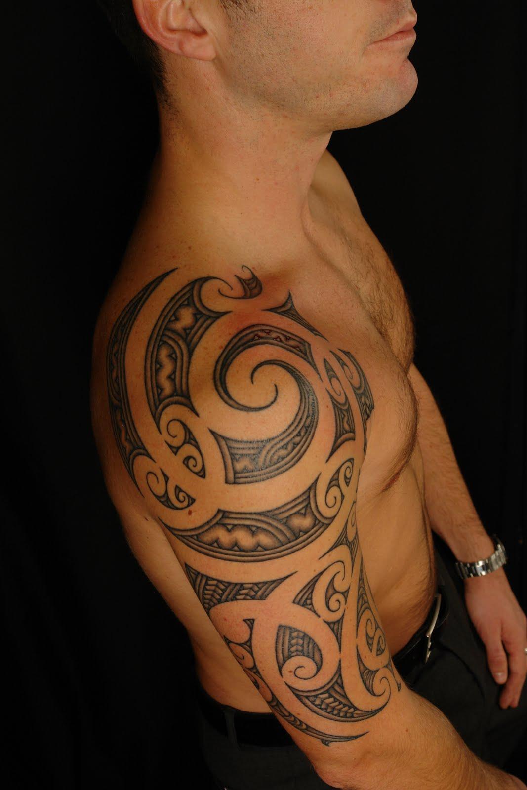 tatouage maori bras entier - Photo Tatouage polynésien pour homme sur le bras