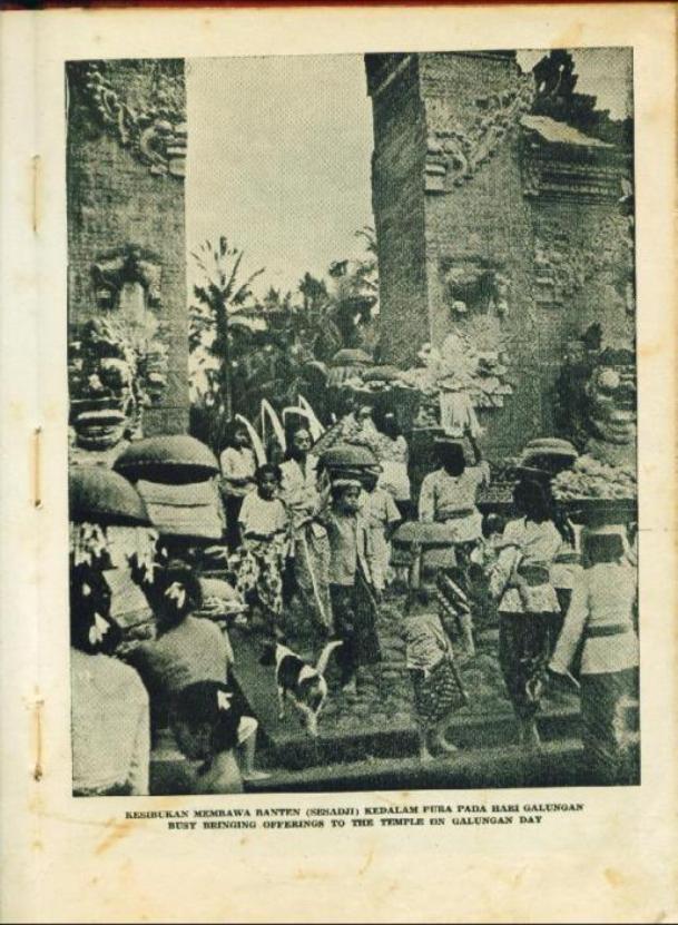 Kesibukan membawa Banten (Sesaji)