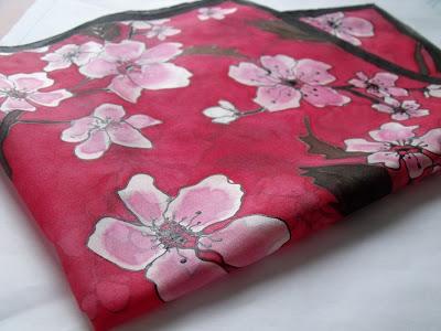 Ajándék nőknek - selyem kendő cseresznyevirágokkal. Prémium, kézzel festett női kendők, sálak