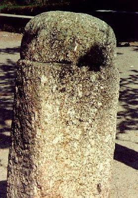 Este monumento está agora colocado junto a outras pedras, tombado e ao abandono