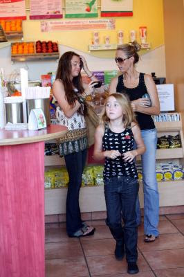 Miley Cyrus News - Unofficial Fan Blog: Miley at Robeks Juice