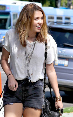 Pizza Girl (Nick y ____) Miley-cyrus-old-white-t-shirt