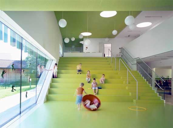 Green kindergarten sighartstein by kadawittfeldarchitektur for Kindergarten playground design