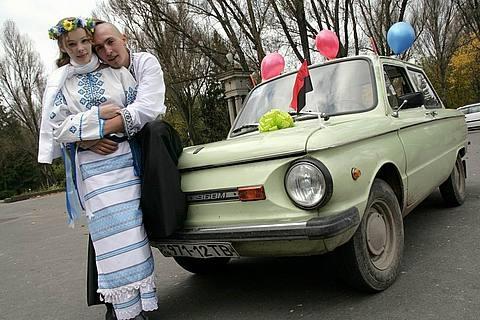 Молодята і їх ЗАЗ 968 Тернопіль Україна