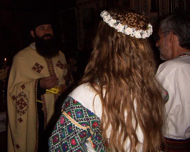 Церемонія шлюбу в українській церкві наречена у традиційному віночку