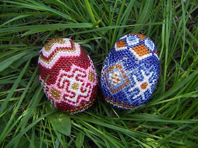 Пасхальные яйца из бисера, плетение пасхальных яиц из бисера, яйца из бисера книга, умелые ручки.