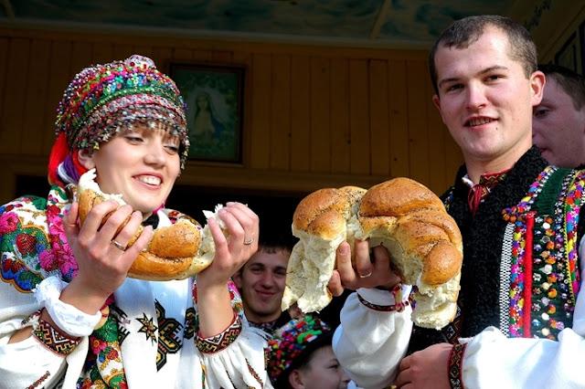 Традиція розривання весільного калача на гуцульському весіллі в Україні
