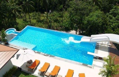 Blog de piscinas un tobog n en la piscina - Casa con tobogan ...