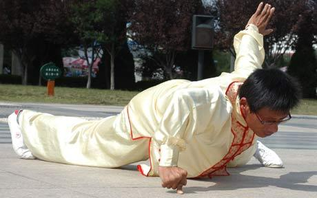 Fu Bingli one finger one-handed push ups