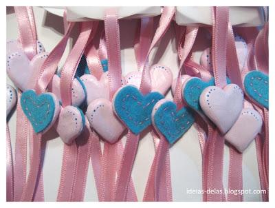 Imagem de uma quantidade enorme de corações rosas já colados no cetim.