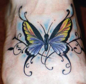 Linda tatuagem de borboleta colorida estilo Papilon desenhada no p