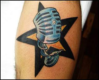 Maravilhoso desenho de tatuagem de estrela simples sem preenchimento interno e com a borda negra e grossa, por trás de um microfone ao estilo Retrô anos 60