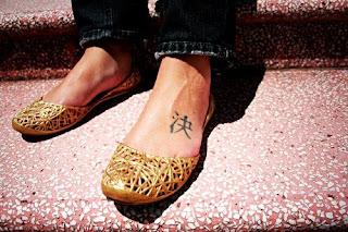 tatuagem de letra chinesa nos pés