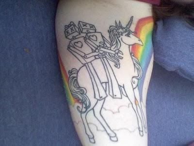 tatuagem com unicórnio e arco-iris