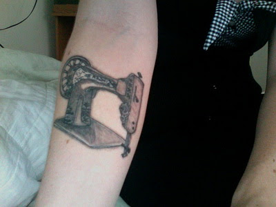 Maquina de costura antiga tatuada no ante-braço