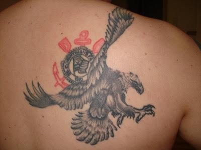 Tatuagem do Gavião em pleno vôo tendo ao fundo o escudo como se ...