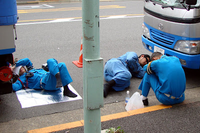 Ouvriers dans la rue à l'heure du déjeuner