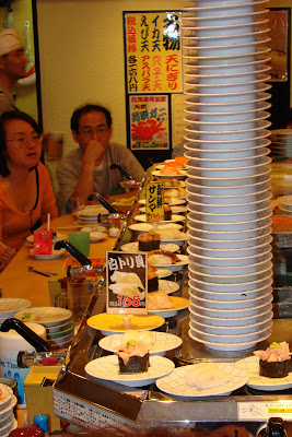 La pile d'assiettes au Kaiten sushi