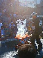 ちょうど氷の彫刻をチェーンソーで作ってました